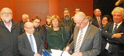 Robert Jestin, maire adjoint de Saint-Pierre, entouré de nombreux élus.